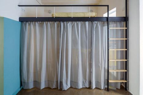 Cortina que oculta el armario en la zona de dormitorio-estar.