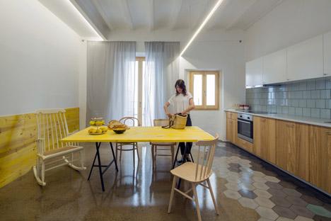 La cocina y su toque de amarillo, que se va a repetir por toda la vivienda y le aporta un toque muy especial!