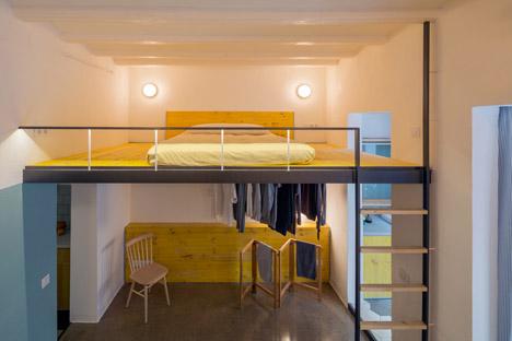 La zona de dormitorio con su vestidor en la parte inferior y la cama en la parte superior. se vuelve a repetir el amarillo. Se intuye la entrada  al baño.
