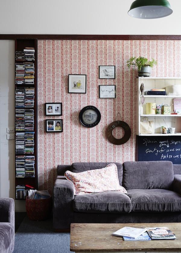 El contraste del papel pintado con motivos retro y los cuadros  que van encima ya es suficiente motivo decorativo.
