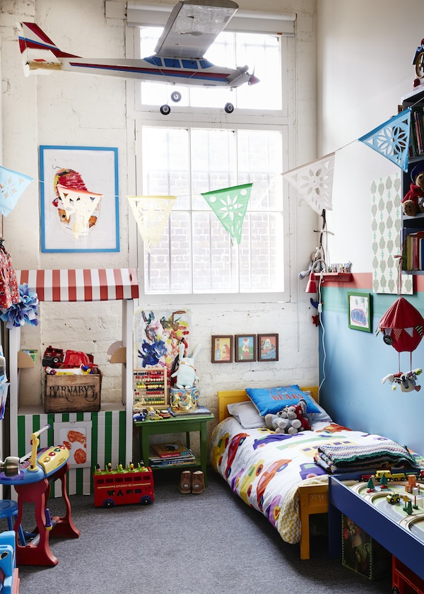 En el dormitorio infantil se mezclan juguete y elementos muy coloridos, alegres.