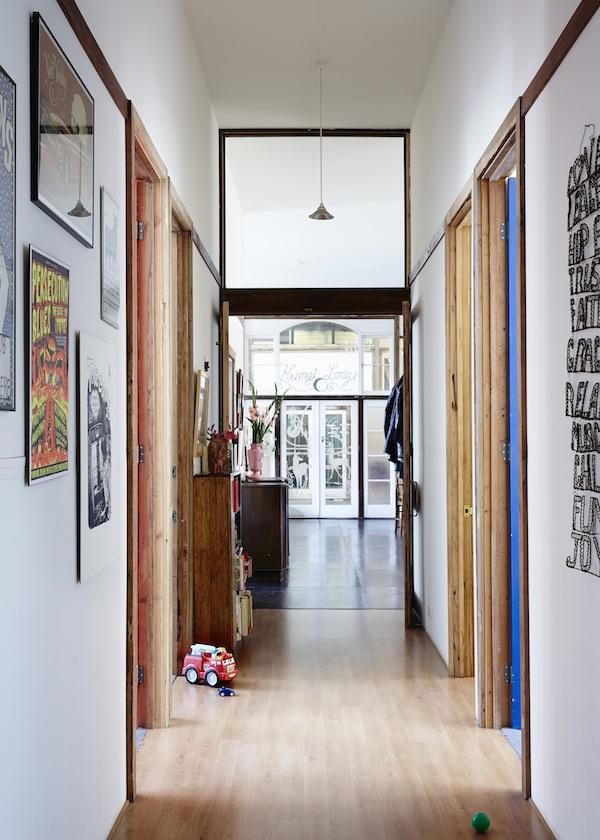 El precioso pasillo decorado con láminas y muebles. Un pasillo bien diseñado puede ser maravilloso.