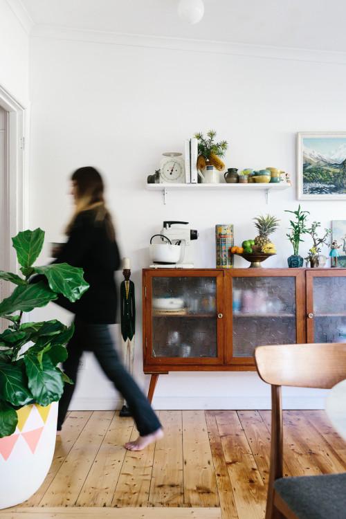 Zona del aparador con plantas y objetos vistos. Lo que se guarda dentro es también decoración.