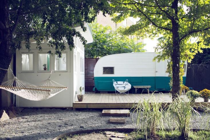 Espacio que ocupa la caravana y el baño adyacente.