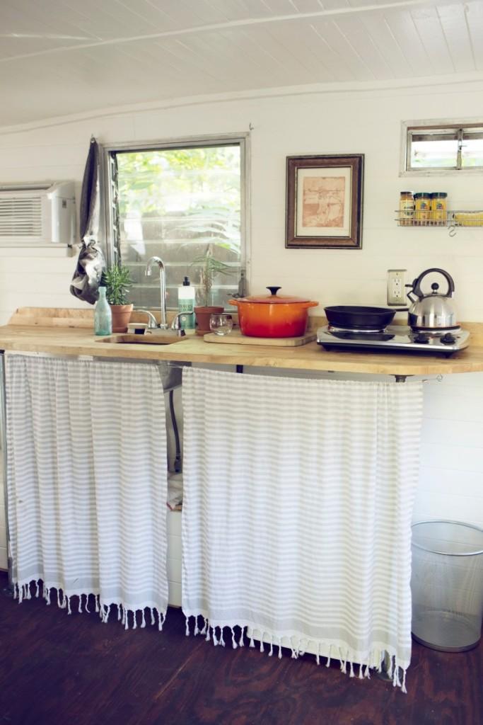Cocina de la caravana. Fijaos en la decoración, con cuadros, telas preciosas y el interior tan acogedor en un espacio tan pequeño.