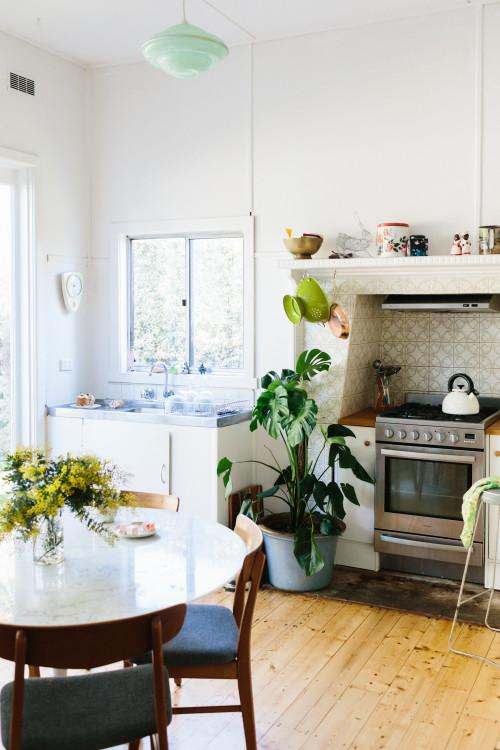 La cocina es muy singular, tiene la zona de lavado y la de cocinado dentro de un espacio alicatado. La presencia de plantas y elementos decorativos da al lugar más calidez.