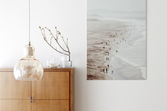 Detalle de la preciosa lámpara de cristal colgante, un cuadro y un elemento vegetal.
