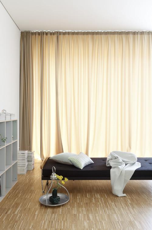 El precioso parquet industrial de roble en este dormitorio queda genial, sobretodo combinado con las paredes blancas.