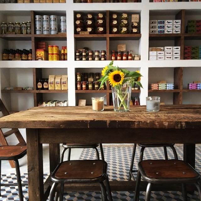 Mesa desgastada con flores silvestres