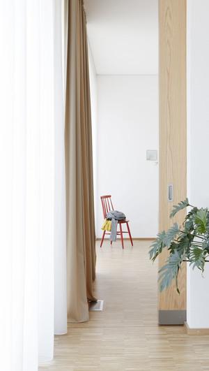 Una vista de los espacios con el suelo precioso y unos paneles correderos de roble (el tirador es también igual al que he puesto en la vivienda, pero las puertas son blancas)