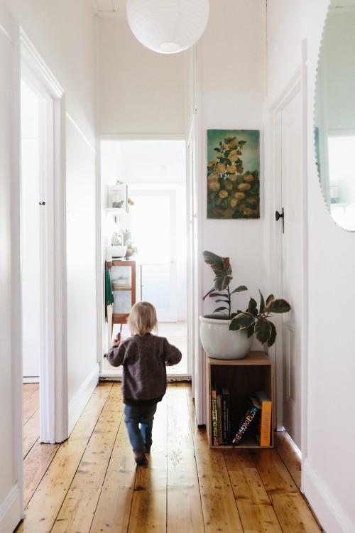 El pasillo es un espacio olvidado para decorar con plantas, almacenaje, cuadros, etc...
