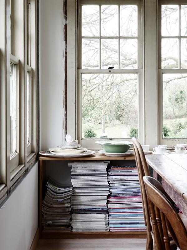 Detalle del armario debajo de la ventana. Una idea preciosa,