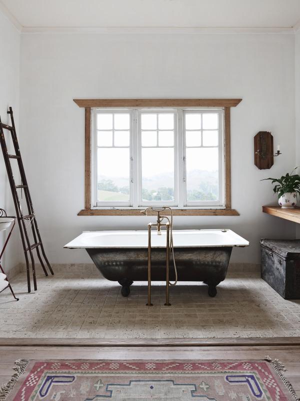 El baño con labañera exenta es muy espacioso y luminoso.