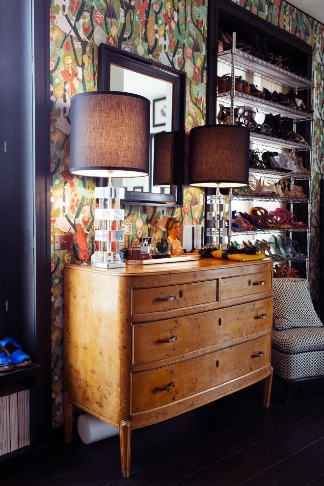 El papel pintado elegido en esta vivienda es increíblemente precioso. Combina muy bien con la madera de la cómoda y las pantallas negras de las lámparas.