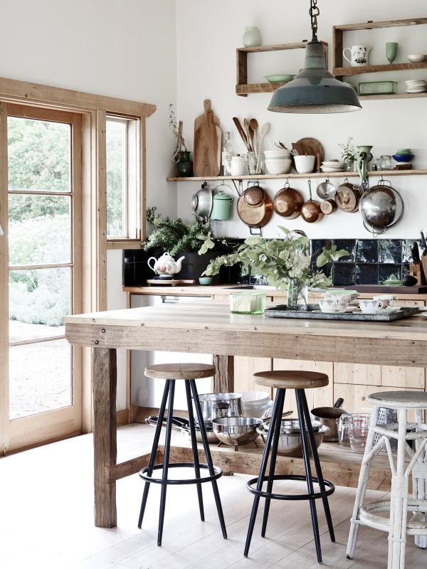 Cocina de la casa. Los elementos vistos forman parte de la decoración y es una manera de organizar el espacio sin muebles altos.
