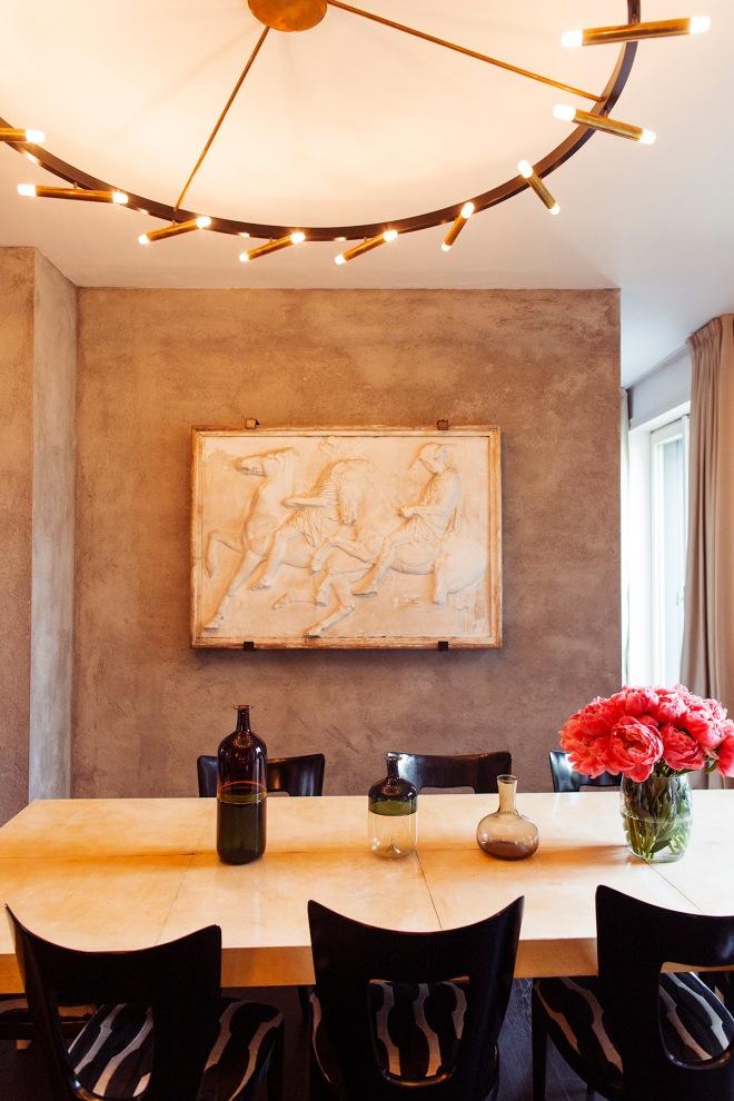 La pared del fondo del comedor se ha estucado en un tono gris piedra, dando una textura muy especial.