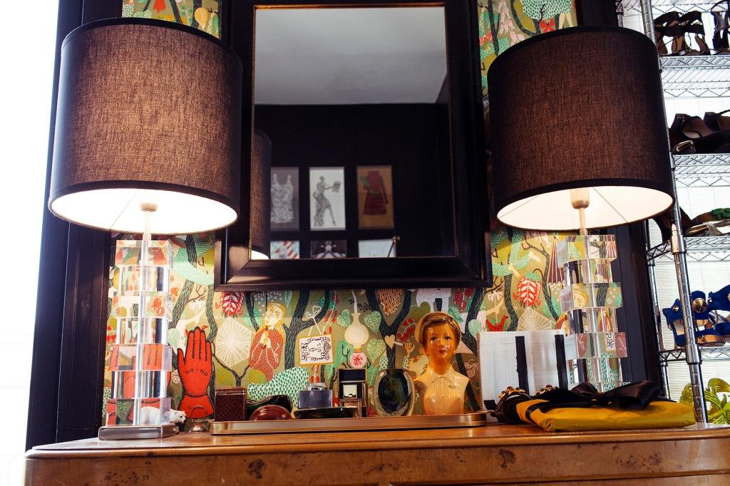 Detalle de los elementos que decoran la zona de la cómoda.