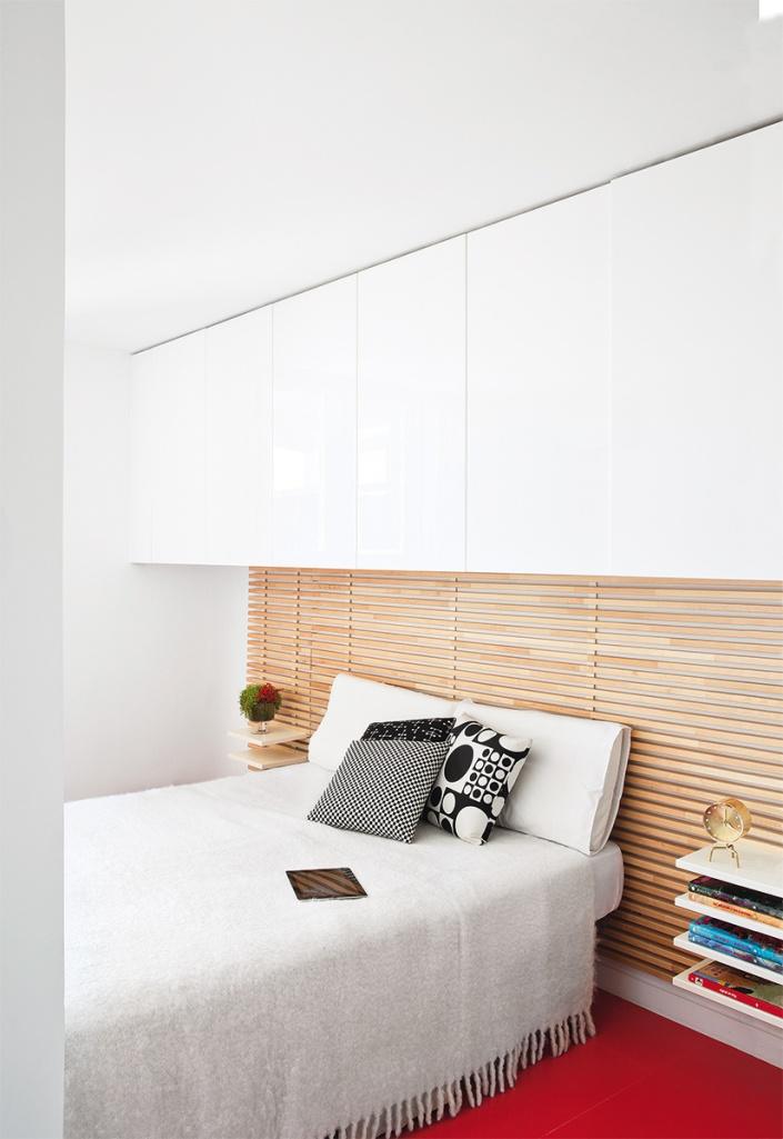 El dormitorio tiene una zona de almacenaje encima de la cama.