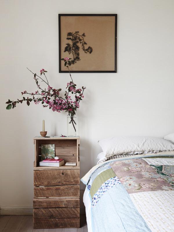 Detalle de la cama.Los elementos recuperados y sencillos junto con las flores, plantas, inundan la vivienda.