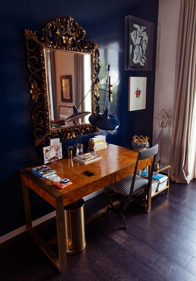 Para el escritorio se han elegido unos muebles clásicos y otros más modernos, como el aplique que está en la pared. Ésta está de nuevo estucada en un color oscuro e intenso, haciendo un efecto sorprendente.