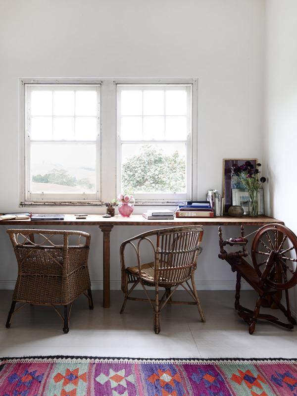 Espacio de trabajo con mesa junto a la ventana.