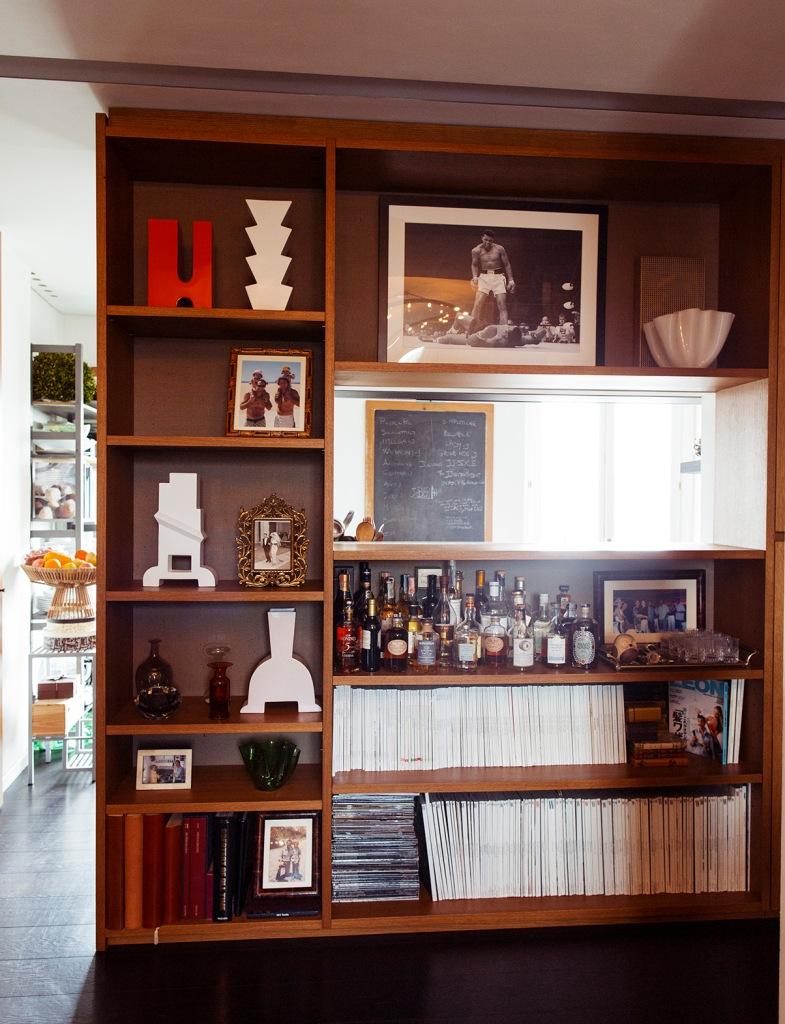 Esta estantería divide el espacio entre la cocina y el salón, resultando una división sin corte en la parte superior.