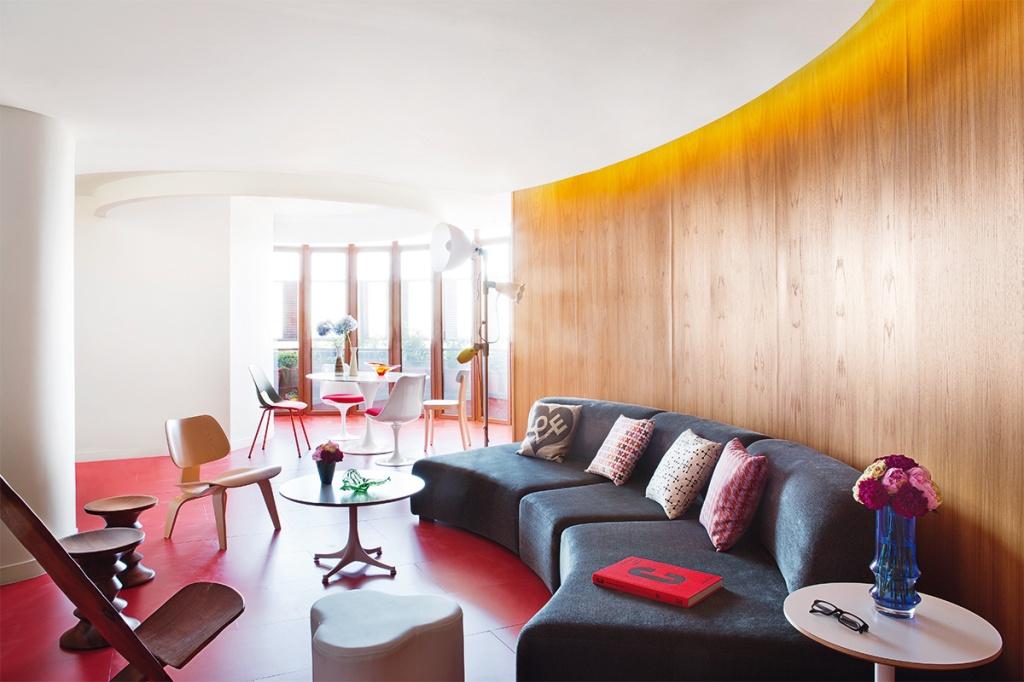 El panelado de madera unifica los espacios y sirve de telón de fondo.