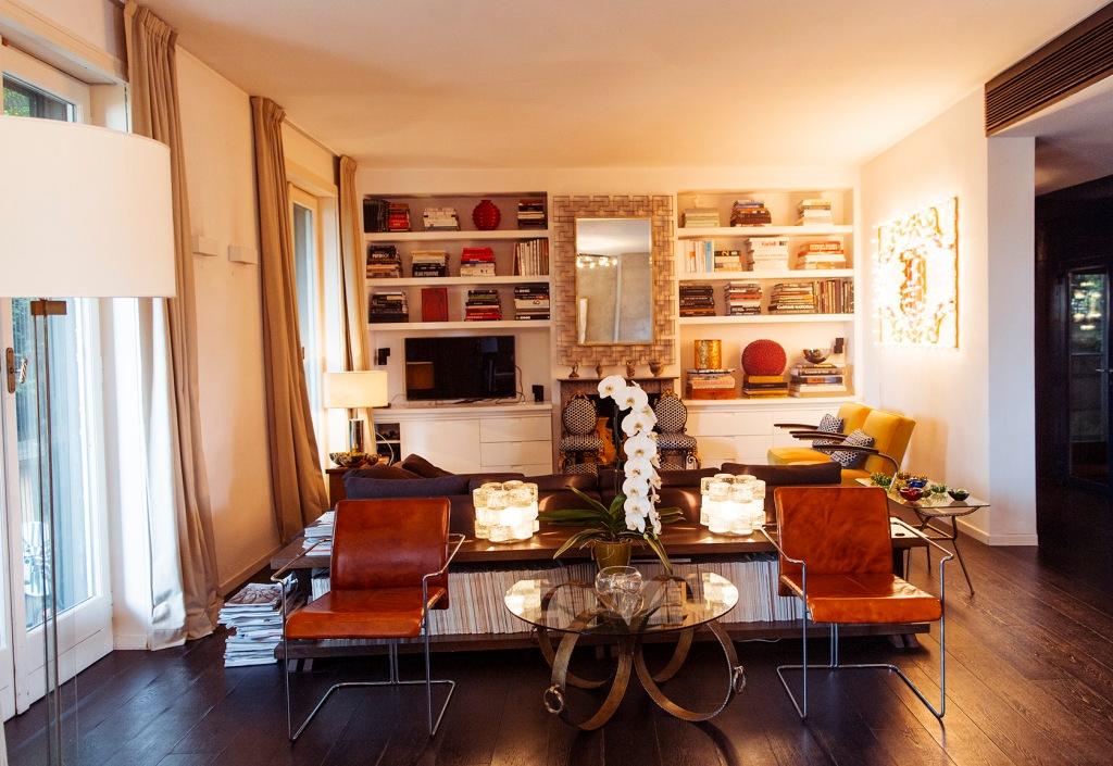 Vista general de la zona de estar, con la parte trasera del sofá utilizada como apoyo de otros elementos.