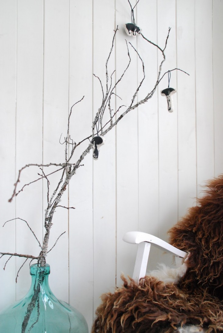 Una rama seca puede perfectamente ser un adorno navideño.