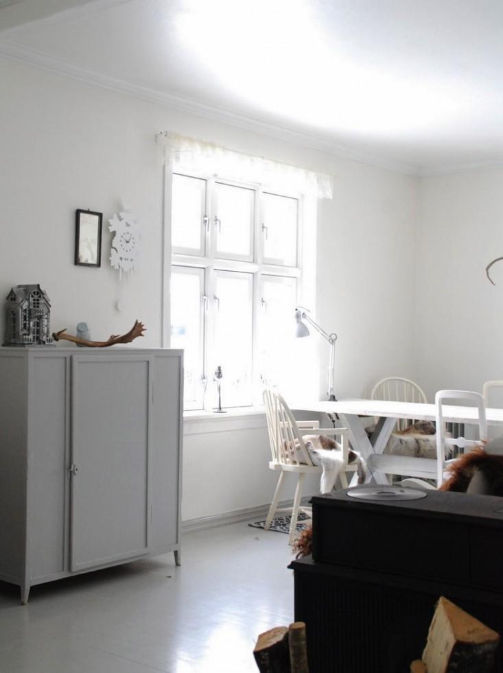 Zona del comedor muy luminosa típica del estilo nórdico, con el color predominante, el blanco.