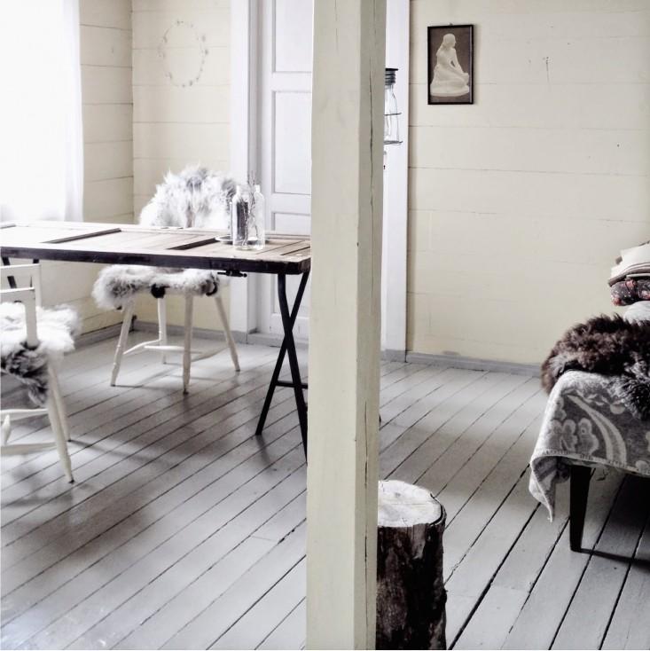 Una zona de estudio, una zona de asiento, el suelo de madera blanca pintado.