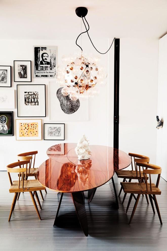 En el comedor, la pieza más importante es la mesa, realizada en un acabado cobre pulido que refleja los objetos, creando un efecto  sorprendente.