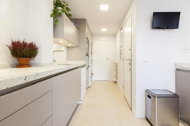 Vista del lineal que alberga frigorifico, columna horno microondas, ...
