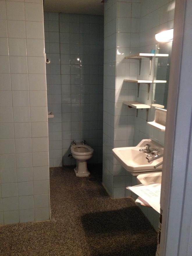 El otro baño con que cuenta la vivienda tenía una distribución muy rara, una especie de rincón sin fondo donde se ubicaba el inodoro.
