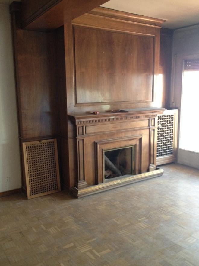 La chimenea tenía este color original, con los cubrerradiadores a los lados.