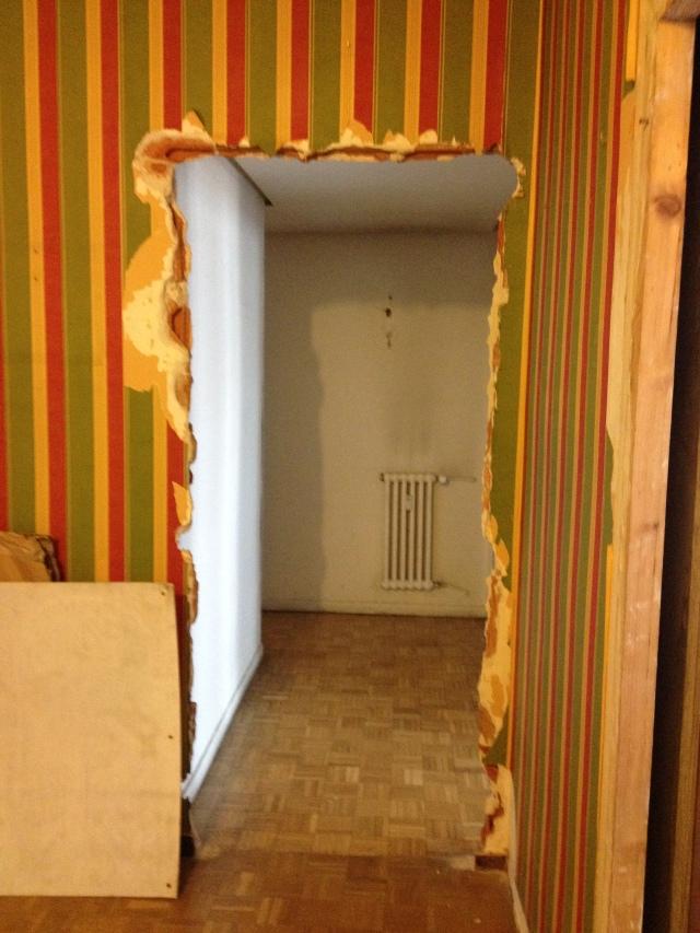Entrada con papel pintado y estrecha. Se amplió para que el espacio y la esquina del pasillo fuese más fluido.