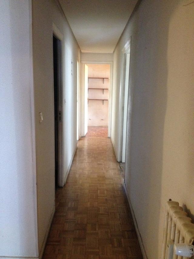 En el pasillo se mantuvo el techo existente y se mejoró la iluminación, la configuración y los materiales.