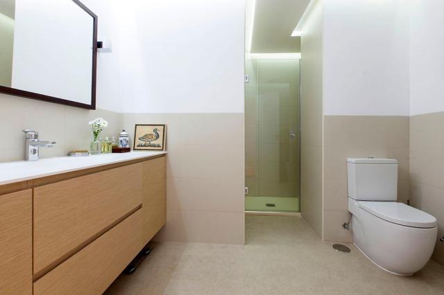 En ese rincón se colocó la ducha y se instaló un foseado con luces LED para que no pareciera tan oscuro.