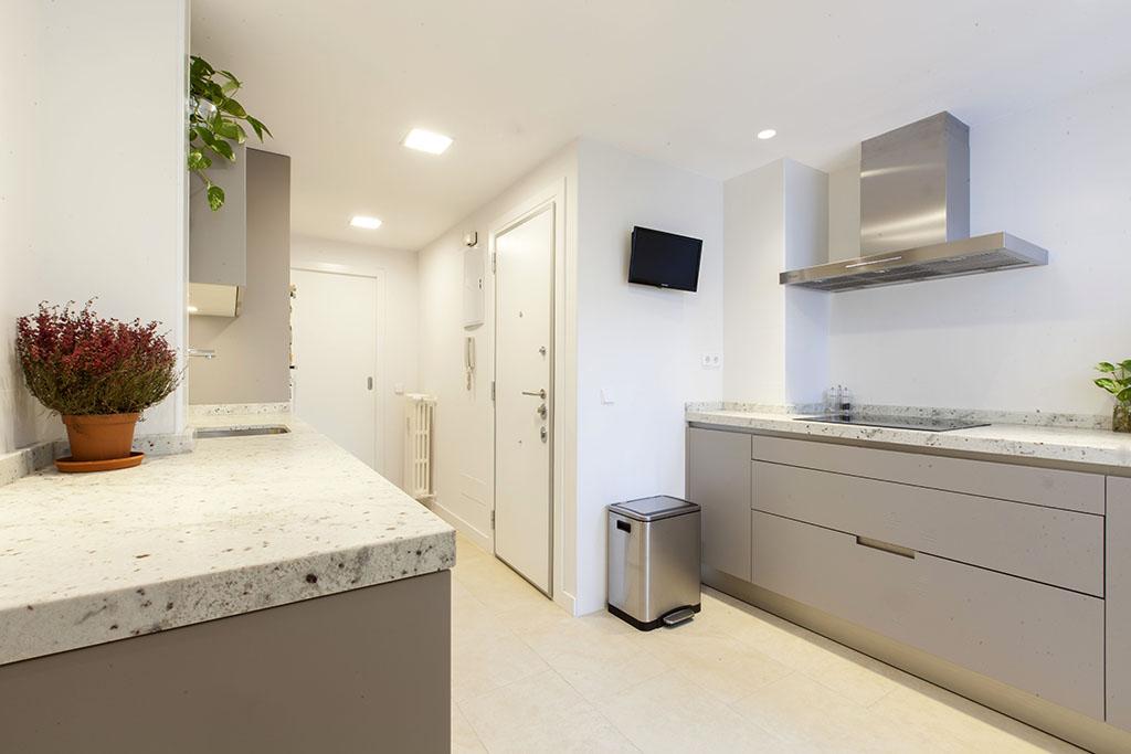 La cocina se pensó en tonos neutros y claros. El azulejo de la pared es de Saloni y el del suelo de Casa Dolce Casa, de Keops