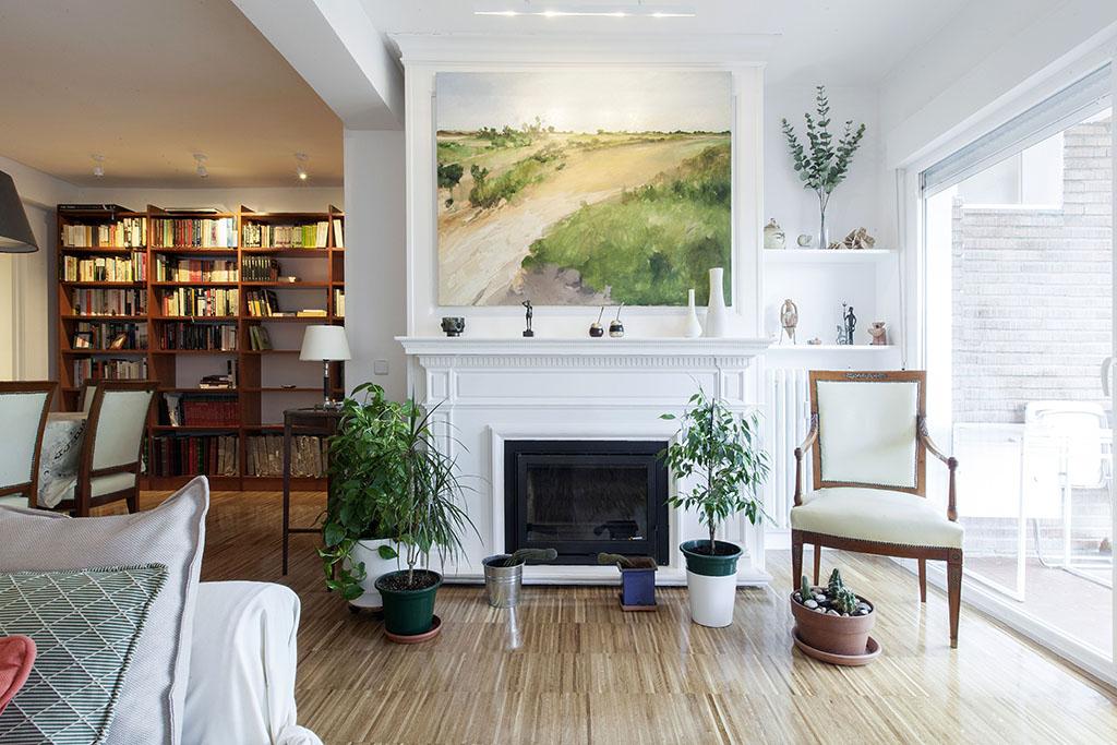 La zona más espectacular de la vivienda es el salón con la chimenea y la amplitud, luz y tranquilidad que se ha logrado en este espacio.