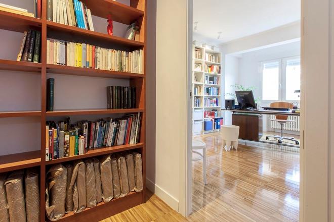 Bilbioteca que pertenece al salón desde donde se accede al despacho.